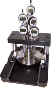 Bench gauge to manually measure automotive spindles